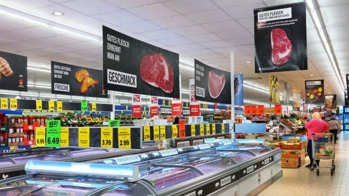 Fleisch in Kühltruhen in einem Supermarkt