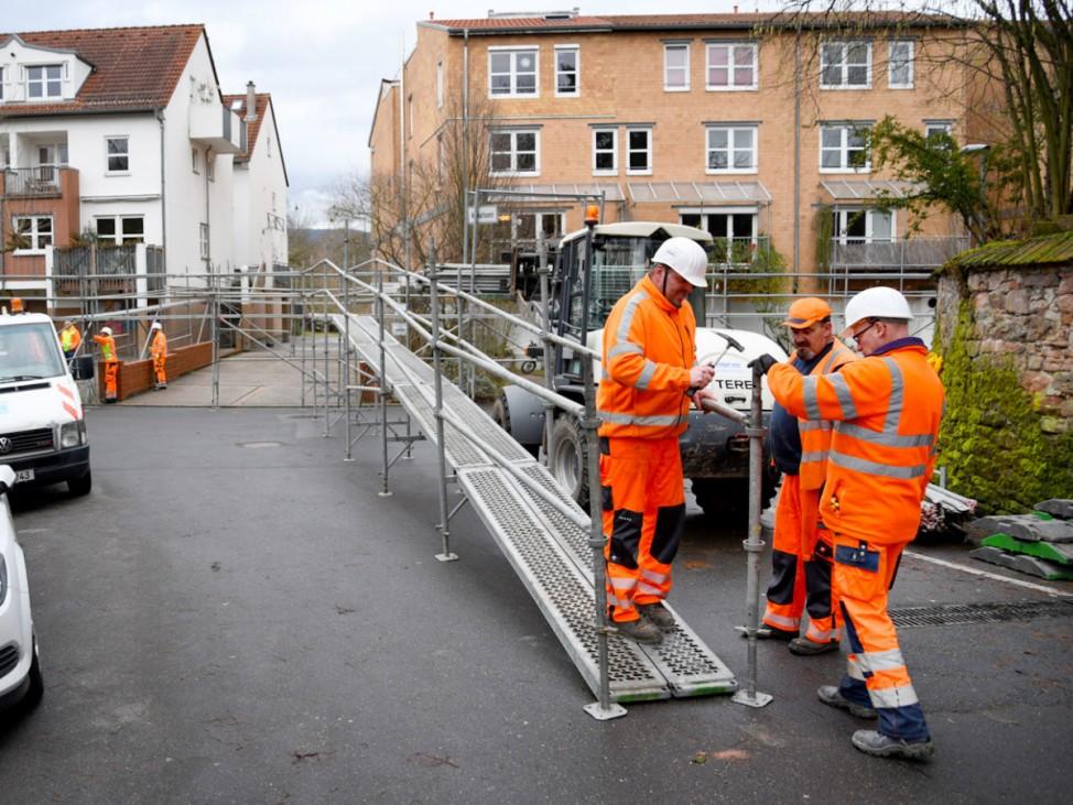 Wasserstege werden in Heidelberg aufgebaut