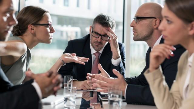 Five business people having an argument model released Symbolfoto property released PUBLICATIONxINxG