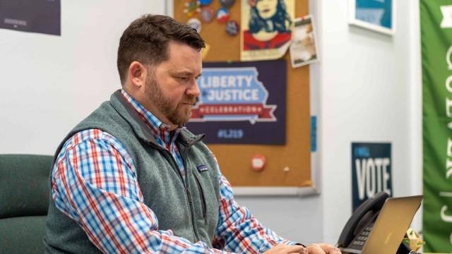 """USA: Systeme brauchen """"länger als erwartet"""": Troy Price, Chef der Demokraten in Iowa, vor den Wahlen in seinem Büro."""