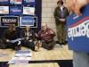 Vorwahlen in Iowa 2020: Sanders-Anhänger diskutieren auf dem Boden