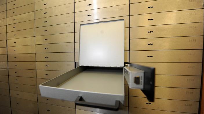 Skurriler Fall am Landgericht: Die Schließfächer in der Commerzbank wurden aufgebrochen und mit Heißkleber und Klebeband provisorisch wieder verschlossen (Symbolbild).