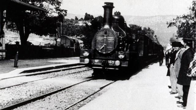 Cinema Arrivee d un train en gare de La Ciotat . Photographie du film des freres LUMIERE realise en 1895. Credit : Colle