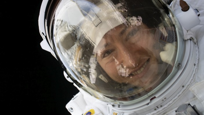Raumfahrt: Astronautin Christina Koch hat wahrscheinlich besseres zu tun, als sich Gedanken über einen All-tauglichen Lippenstift zu machen.