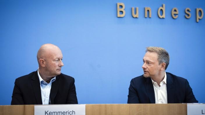 Christian Lindner, Bundesvorsitzender der FDP und Thomas Kemmerich, Spitzenkandidat der FDP in Thueringen, bei einer Pr