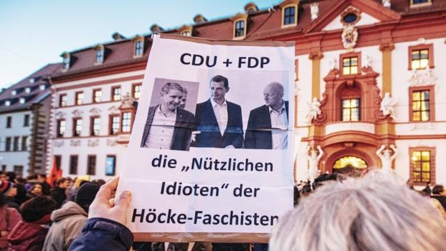 Erfurt , 050220 , Tausende Demonstranten nach der MinisterprâÄ°sidentenwahl vor der Th¸ringer Staatskanzlei in Erfurt Im