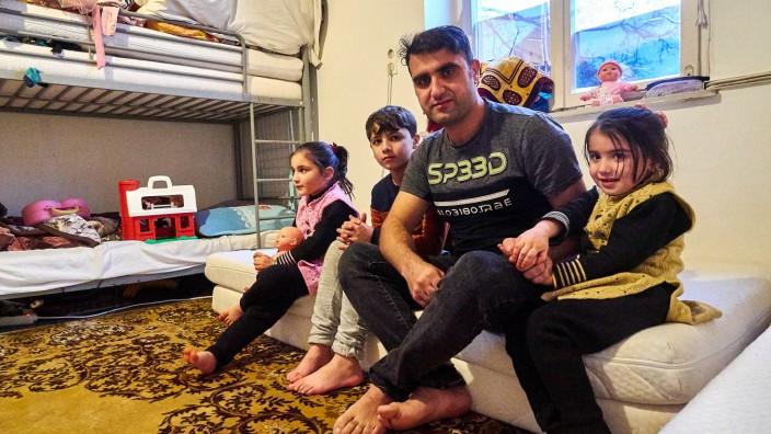 Afghanische Familie in Notunterkunft.