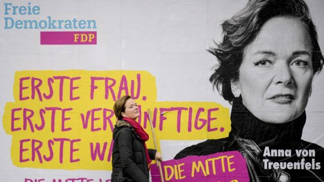 FDP-Spitzenkandidatin stellt Großplakat zur Wahl vor