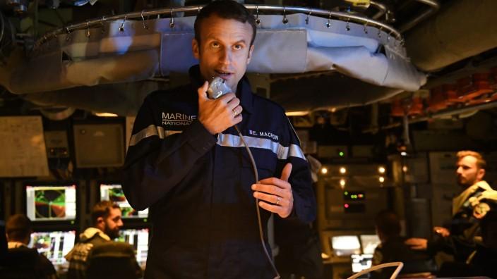 Militär: Selbstbewusste Botschaft von unten: Frankreichs Präsident Emmanuel Macron an Bord des strategischen Atom-U-Boots Le Terrible, im Juli 2017.