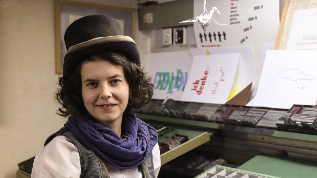 Buchbindergesellin Anna ist auf der Walz in Dachau