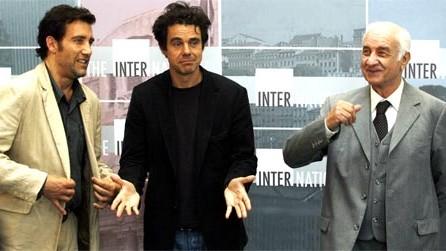 """Schauspieler im Größenwahn: Wenn zwei das gleiche tun, ist es nicht dasselbe: Armin Mueller-Stahl, der britische Schauspieler Clive Owen und Regisseur Tom Tykwer posieren in den Babelsberger Filmstudios in Potsdam zu Beginn des Produktionsstarts des Kinofilms """"The International"""" im September 2007."""