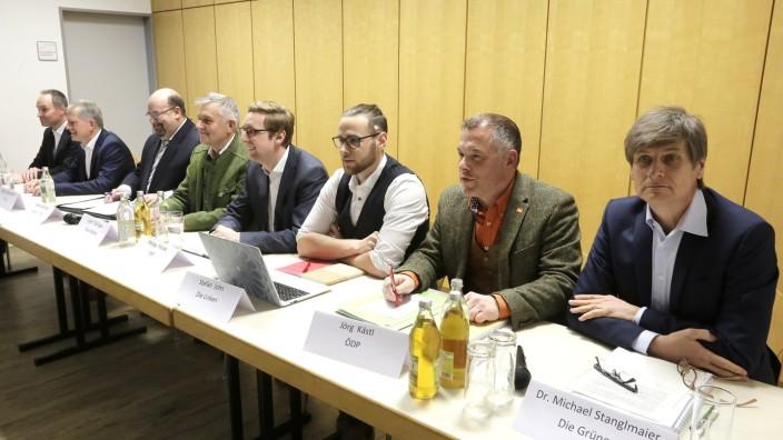 Kommunalwahlkampf in Moosburg: Alle Moosburger Bürgermeisterkandidaten an einem Tisch: Im Rotkreuzheim geht es in erster Linie um die Themen des Heimatvereins.