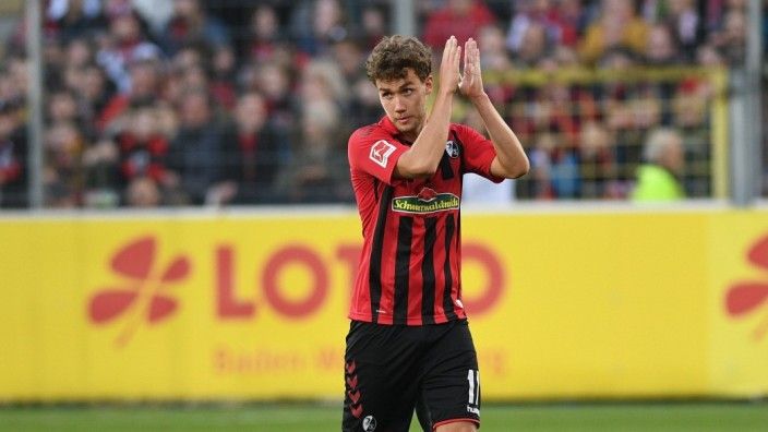 Luca Waldschmidt (SC Freiburg) DFL regulations prohibit any use of photographs as image sequences and/or quasi-video. G