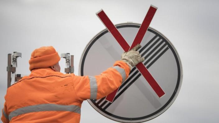 Symbolbild zum Thema Tempolimit : Ein Verkehrsschild fuer das Ende einer Geschwindigkeitsbegrenzung wird mit einem Kreu