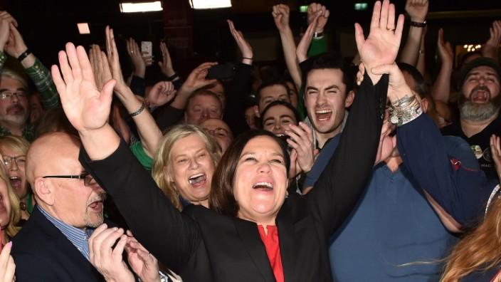 Wahl in Irland 2020: Sinn Fein-Chefin Mary Lou McDonald bejubelt das Ergebnis