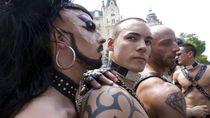 Parade zum 'Christopher Street Day' in Paris
