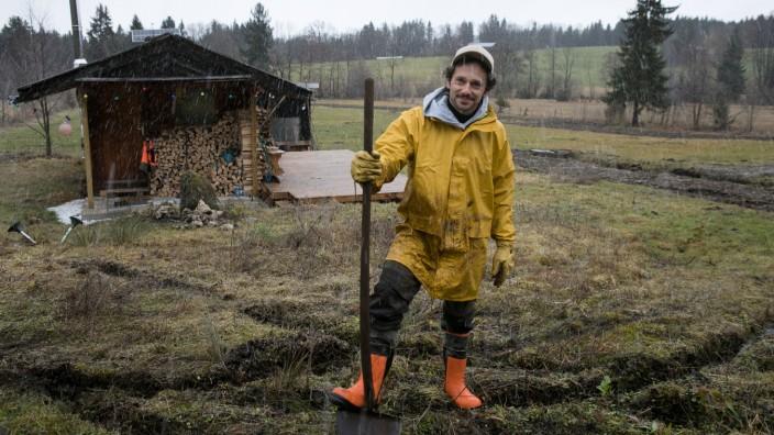 Florian Schönhofer auf dem Feld, das mal eine Streuobstwiese werden soll. Bad Tölz, Buchberg, Nahe dem Liftstüberl