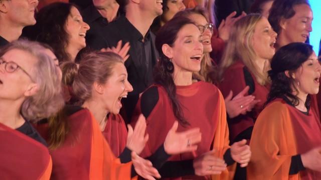 Konzert Kirchseeon Surprise of Voices (grün) und Gospelchor Sankt St. Lukas aus München (rot)
