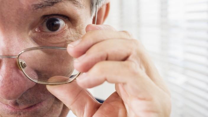 Close up of a man holding glasses. PUBLICATIONxINxGERxSUIxAUTxONLY Copyright: MarkxHunt 12567141