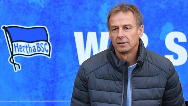 Jürgen Klinsmann (Trainer Hertha BSC), betritt den Innenraum des Stadions Hertha BSC Berlin - 1.FSV Mainz 05 1. Bundesl; Klinsmann