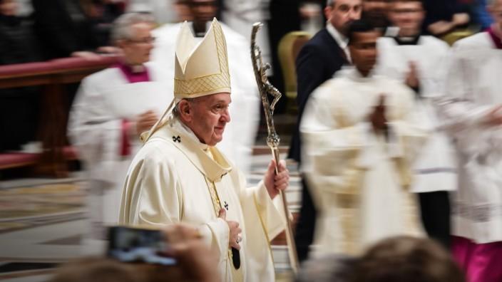 Amazonas-Synode: Papst Franziskus verlässt den Petersdom.