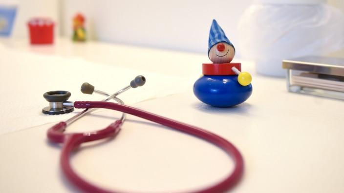 Mario Czaja besucht Kinderarztpraxis