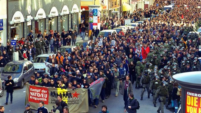 Demonstration während der Münchner Sicherheitskonferenz 2002, Menge von Demonstranten bei einer Protestkundgebung während der Münchner Sicherheitskonferenz.