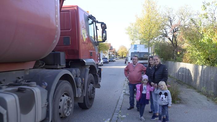 Verkehr: Ärgern sich über Lastwagen: Franziska Wiesheu (rechts) mit ihren Kindern und Nachbarn in der Ekkehartstraße in Grasbrunn.