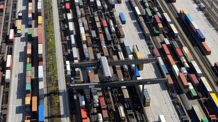 Streit um den Gleisausbau: Züglein hin und Züglein her: Wie viele Güterzüge in Zukunft auf den neuen Trassen im Osten einmal fahren werden, ist nicht nur die Voraussetzung für eine Planungsgrundlage, sondern sorgt auch für Klarheit der an der Trasse wohnenden Bürger.