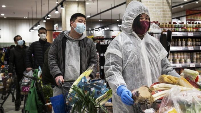 Wuhan: Menschen tragen im Supermarkt Atemmasken wegen des Coronavirus