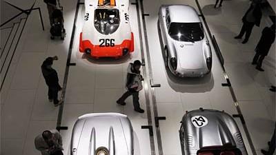 US-Automarkt: Die goldenen Zeiten sind vorbei: Besucher betrachten Exponate im Porsche-Museum.