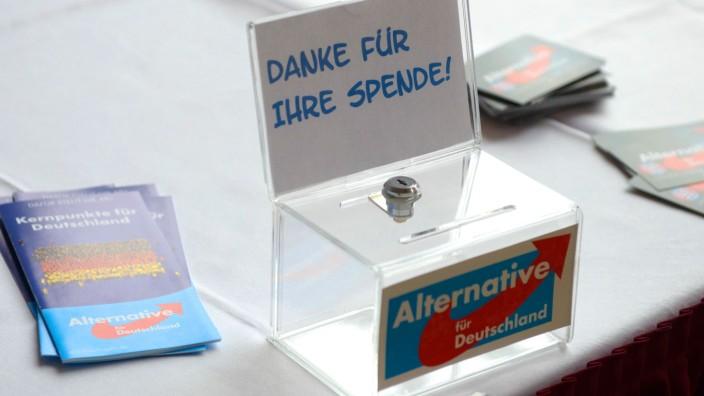 AfD: Spendenbox auf einem Tisch bei einer Wahlkampfveranstaltung