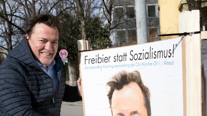 Maximilian Schröck, der für die CSU als BA-Kandidat im Stadtbezirk Altstadt-Lehel kandidiert, beim Aufstellen von Wahlplakaten seiner Person an der Theresienwiese (Verkehrsinsel Bavariaring 16)