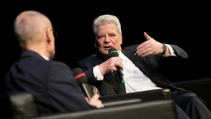 Wolfgang Krach spricht im Residenztheater mit Joachim Gauck zum Thema: Was muss man aushalten? Toleranz in einer ausfransenden Gesellschaft.