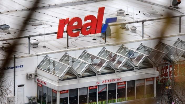 Die Real Filiale in Siegen mit Logo, die Real Maerkte stehen wohl kurz vor dem Verkauf und Zerschlagung Wirtschaft, Feat