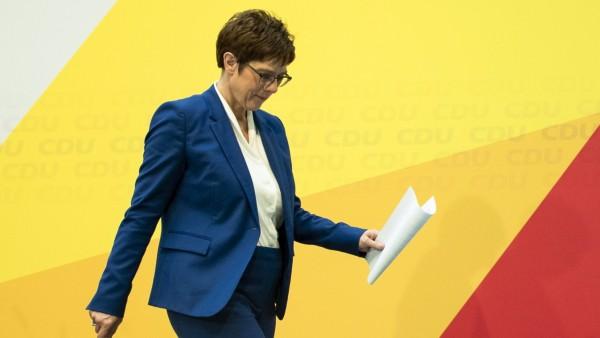 CDU Parteivorsitzende Annegret Kramp-Karrenbauer verlaesst eine Pressekonferenz nach der Ankuendigung ihrer Ruecktritt