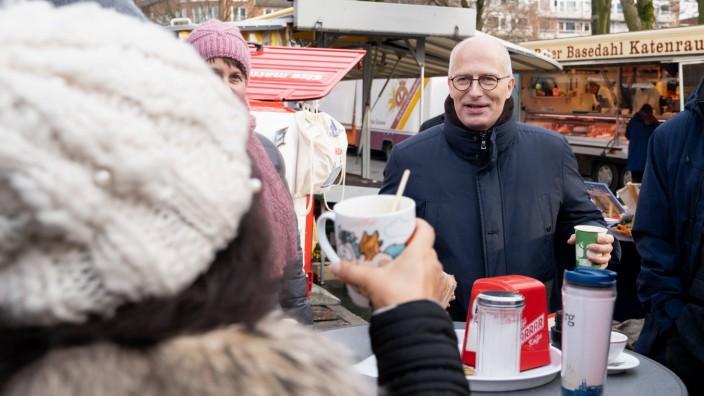 Start in den Straßenwahlkampf   zur Hamburgischen Bürgerschaft - SPD Hamburg - Peter Tschentscher an einem Stand auf dem