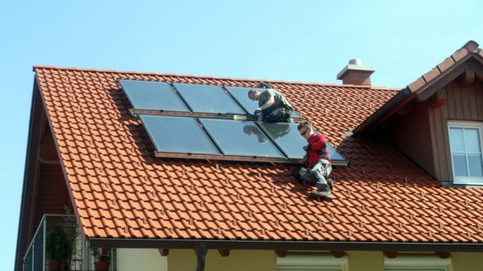 Männer arbeiten an Photovoltaikanlage