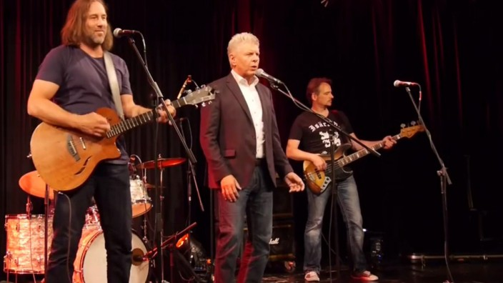 Dieter Reiter singt ein Lied über München
