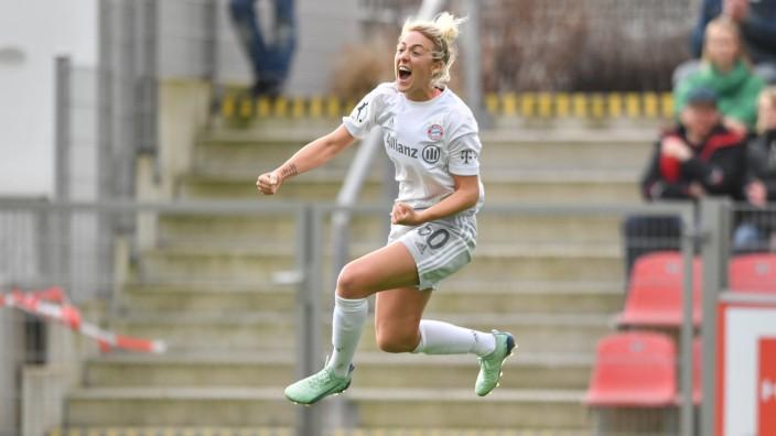 Caro Simon (FCB, 30) freut sich riesig über ihre VOrlage zum 0:1, 16.02.2020, Leverkusen (Deutschland), Fussball, Flyer