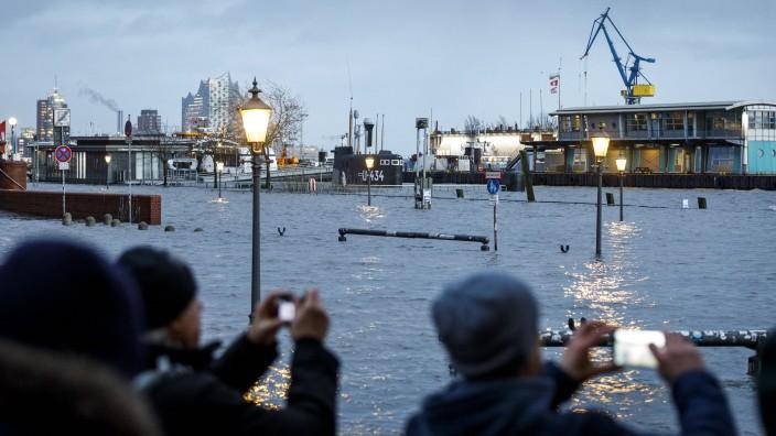 Sturmflut in Hamburg Nach dem Orkantief Sabine sorgte das Hochwasser in Hamburg für eine schwere Sturmflut, die den Fis