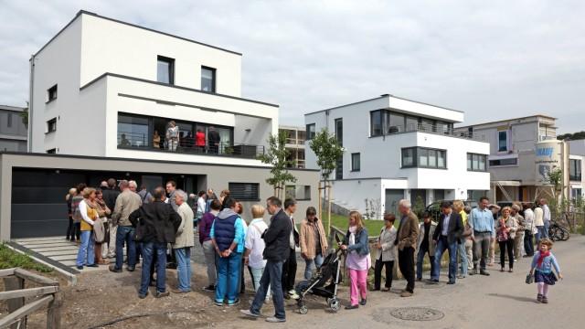 Online-Anzeigen: Interessenten stehen vor einem Haus in Dortmund Schlange: Fast alle informieren sich vorher online, etwa bei Immoscout.