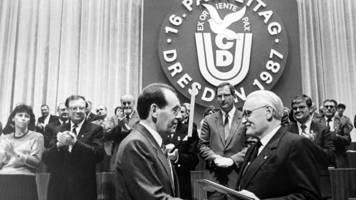 Ost-CDU: War die Basis eigenwilliger als ihr Vorsitzender? Ost-CDU-Chef Gerald Götting (rechts) und SED-ZK-Mitglied Joachim Herrmann im Jahr 1987.