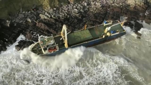 Sturm treibt Geisterschiff an irische Küste