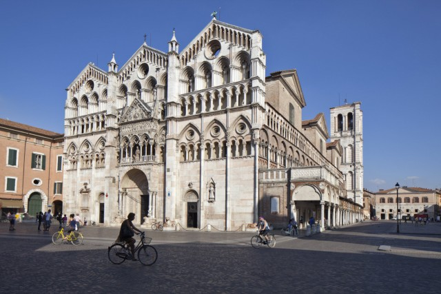 Bicycles in the Piazza Cattedrale in front of the Cathedral in Ferrara PUBLICATIONxINxGERxSUIxAUTxO