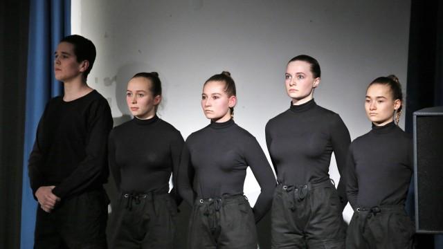 Theater: Wächterinnen kontrollieren den Hygienebereich.