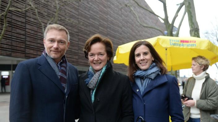 Hamburg, der 17.02.2020 Christian Lindner besucht Wahlkampfstand der Hamburger FDP in der Hamburger Mönkebergstraße und