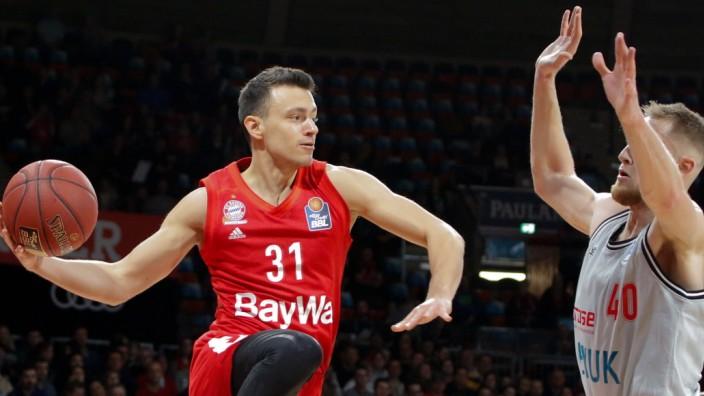 Zan Mark SISKO ( 31, FCBB) vs Luke FISCHER ( 40, WUE). Basketball, FC Bayern (FCB) - s.Oliver Wuerzburg (WUE), Bundesli