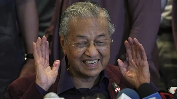 Malaysias Premierminister Mahathir reicht Rücktritt an