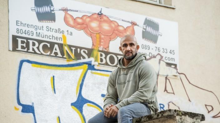 Bodybuilder Ercan Demir vor seinem Fitnesstudio in München, 2019